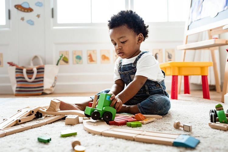 Ilustrasi anak usia dua tahun sedang bermain