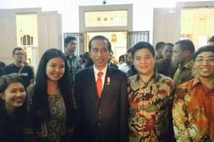 Presiden Joko Widodo menyambangi outlet Markobar di La Kopi, Jl Lombok, kecamatan Wajo, Makassar, Jumat (25/11/2016).