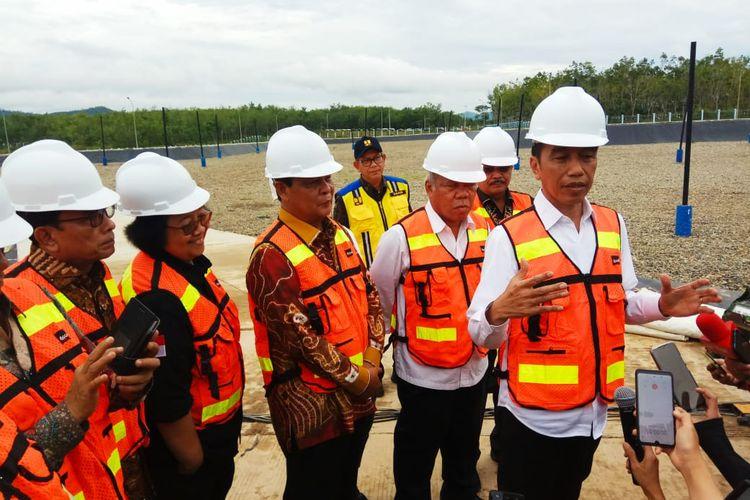 Jokowi memberikan keterangan kepada wartawan usai meresmikan TPA Banjarbakula, Kalsel, Jumat (7/1/2020).