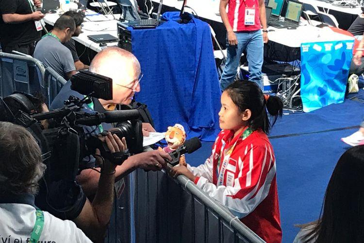 Atlet muda angkat besi putri Indonesia, Vinatasari Nur, saat diwawancarai pada ajang Youth Olympic Games 2018 yang berlangsung di Buenos Aires, Argentina, Selasa (9/10/2018).