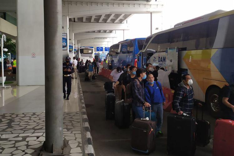 Penumpang bus DAMRI yang sedang antre.