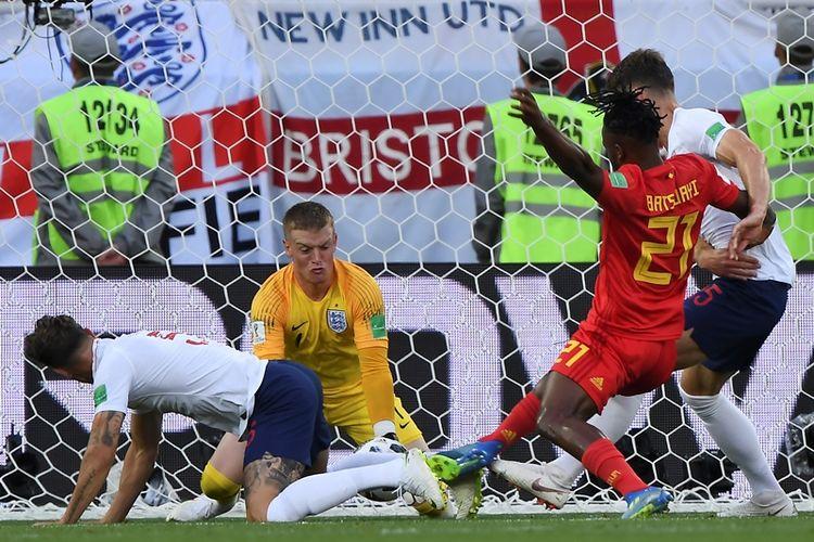 Penjaga gawang Inggris, Jordan Pickford, melakukan penyelamatan ketika melawan Belgia dalam pertandingan penyisihan Grup G Piala Dunia 2018 di Stadion Kaliningrad, Kaliningrad, Kamis (28/6/2018).