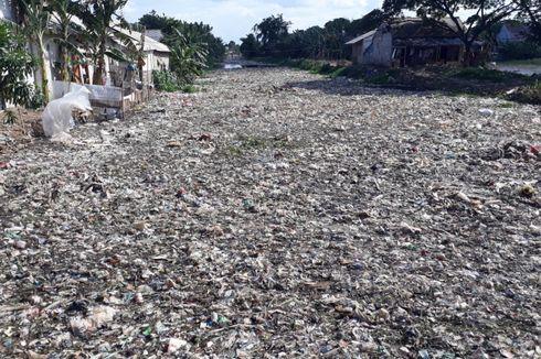 Terkendala Jumlah Alat Berat, Pembersihan Lautan Sampah di Bekasi Lamban