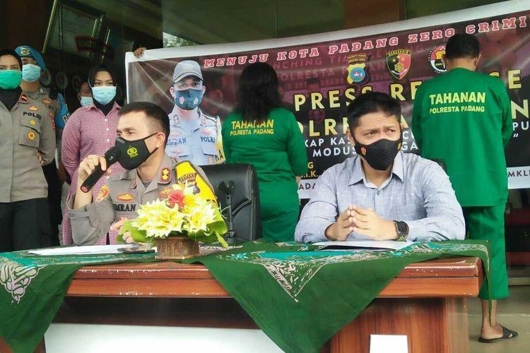 Kapolresta Padang AKBP Imran Amir didampingi Kasat Reskrim Kompol Rico Fernanda memberikan keterangan pers terkait penangkapan Satgas Covid-19 gadungan, Kamis (26/11/2020)