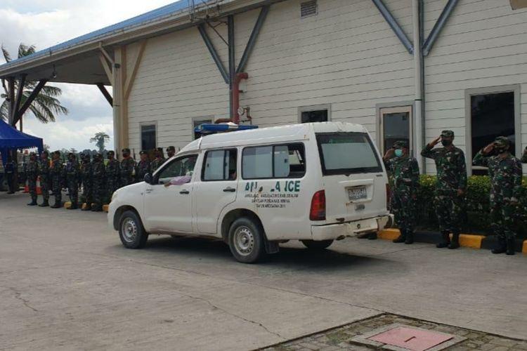 Upacara pelepasan jenazah Pratu Firdaus secara militer dari Bandara Mozes Kilangin Timika, Sabtu (8/11/2020)
