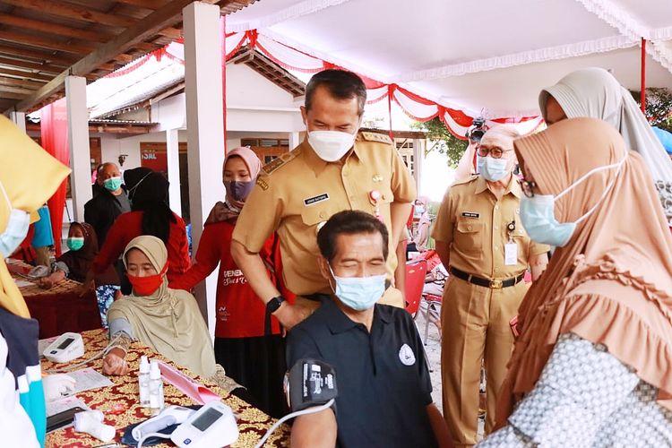 Bupati Wonogiri Joko Sutopo (Jekek) memantau jalannya vaksinasi covid-19 di tingkat desa untuk mempercepat pembentukan kekebalan komunitas (herd Immunity) di Kabupaten Wonogiri, Jawa Tengah.
