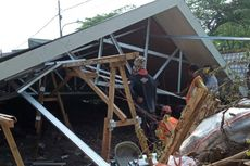 Atap Pasar Burung Cipinang Ambruk, Satu Orang Terluka