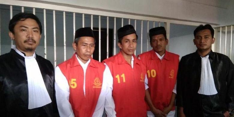 Tiga petani Soppeng yang divonis bebas tahun 2018, yaitu Jamadi, Sukardi, dan Sahidin bersama dua penasehat hukum mereka.
