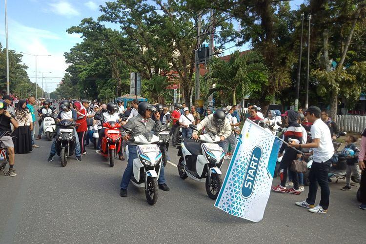 Wagub Sumbar Nasrul Abit melepas peserta kampanye motor listrik di acara CFD Jalan Khatib Sulaiman, Minggu (24/11/2019)