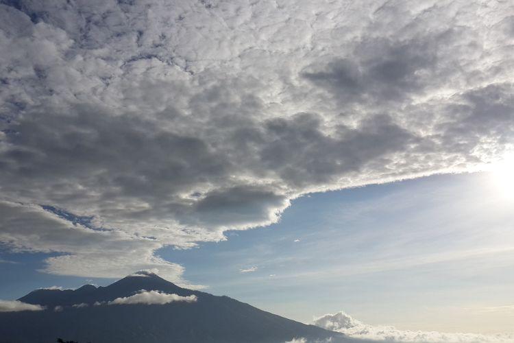 Gunung Arjuno, Jawa Timur saat difoto melalui lereng Gunung Panderman, Kota Batu pada 22 Mei 2020.
