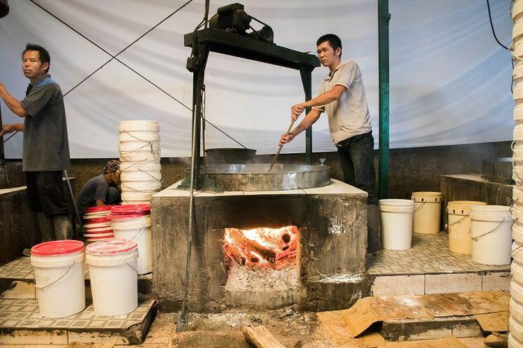 Dalam mengolah gula dan air, Djohari lebih senang menggunakan teknik tradisional. Yaitu menggunakan sebuah wadah besar yang apinya menggunakan beberapa potong kayu bakar, Sawangan, Depok, Selasa (14/1/2020).