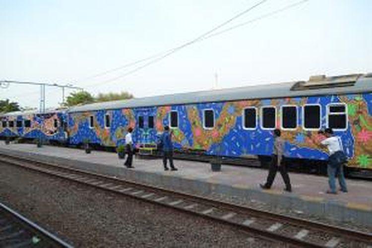 Rangkaian gerbong KA Tegal Bahari yang bernuansa batik.