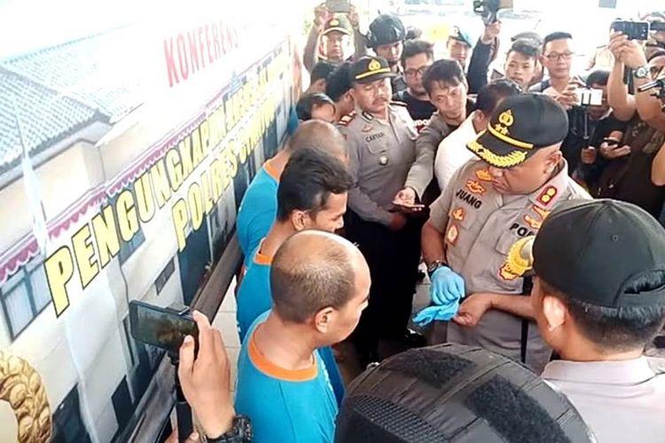 Kapolres Cianjur, AKBP Juang Andi Priyanto tengah menanyai dua pelaku pembunuhan pria yang mayatnya ditemukan di tebing di wilayah Sukanagara, Cianjur, Jawa Barat.