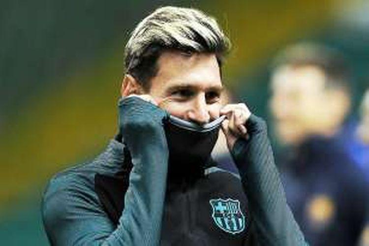 Penyerang Barcelona, Lionel Messi, berlatih di Stadion Celtic Park, Glasgow, Selasa (22/11/2016), jelang laga lanjutan penyisihan Grup C Liga Champions melawan Celtic.