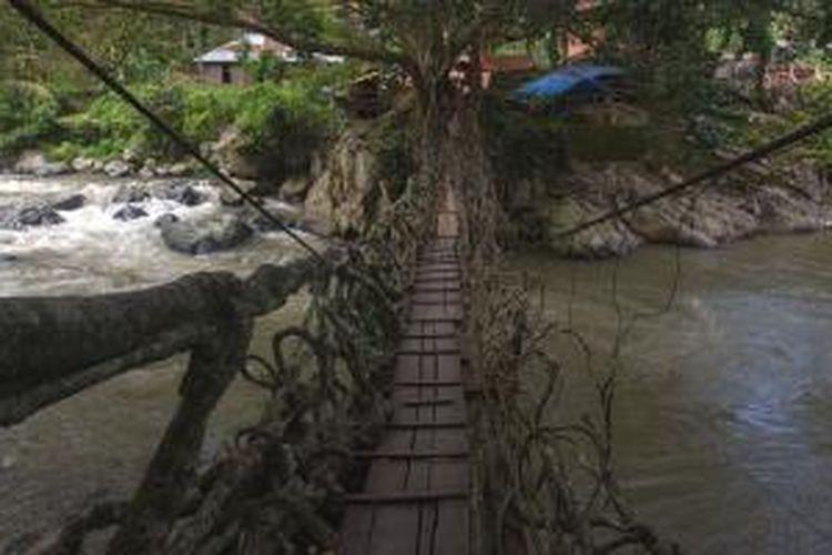 Obyek wisata Jembatan Akar, Desa Pulut Pulut, Kecamatan Bayang Utara, Kabupaten Pesisir Selatan, Sumatera Barat, Jumat (15/5/2015). Jembatan Akar yang menghubungkan Desa Pulut Pulut dengan Desa Lubuak Silau terletak kurang lebih 80 km dari kota Padang.