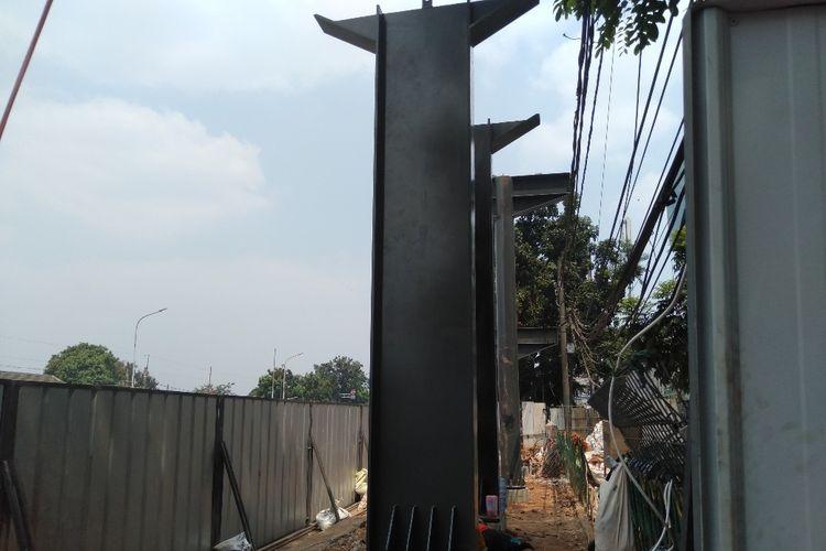 Kondisi JPO Pasar Minggu, Jakarta Selatan yang masih dalam proses pembangunan, Selasa (6/8/2019).