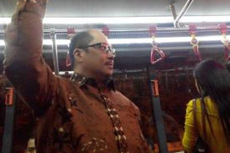 Direktur Utama PT Transjakarta Antonius Kosasih menaiki bus transjakarta.