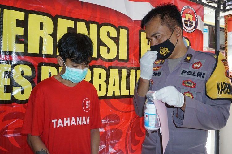 Kabag Ops Polres Purbalingga, Kompol Pujiono meminta keterangan tersangka BFP (22) saat pers rilis, Kamis (29/4/2021).
