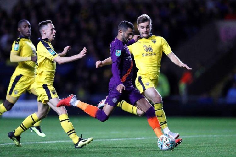 Riyad Mahrez lepas dari penjagaan pemain bertahan lawan pada laga Oxford United vs Manchester City dalam babak ketiga Piala Liga Inggris, 25 September 2018.