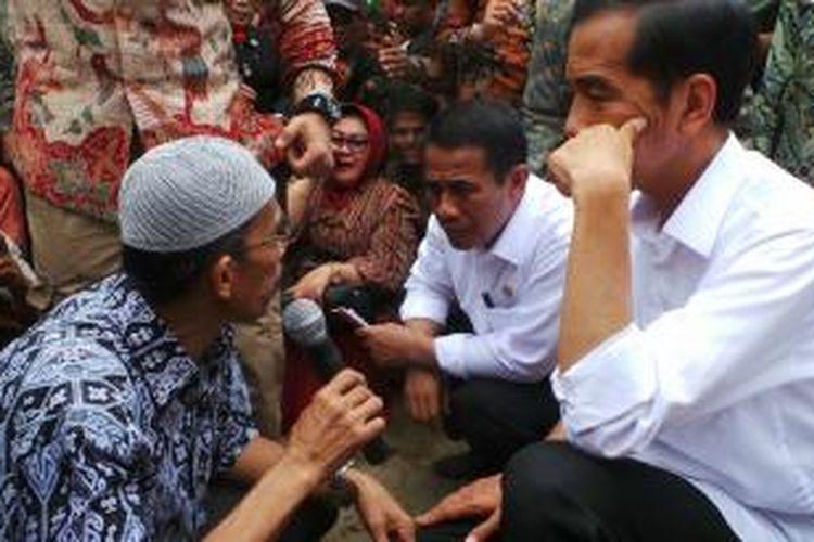 Presiden Joko Widodo saat berdiskusi dengan petani kakao di Desa Saletto, Mamuju, Sulawesi Barat, Kamis (6/11/2014)
