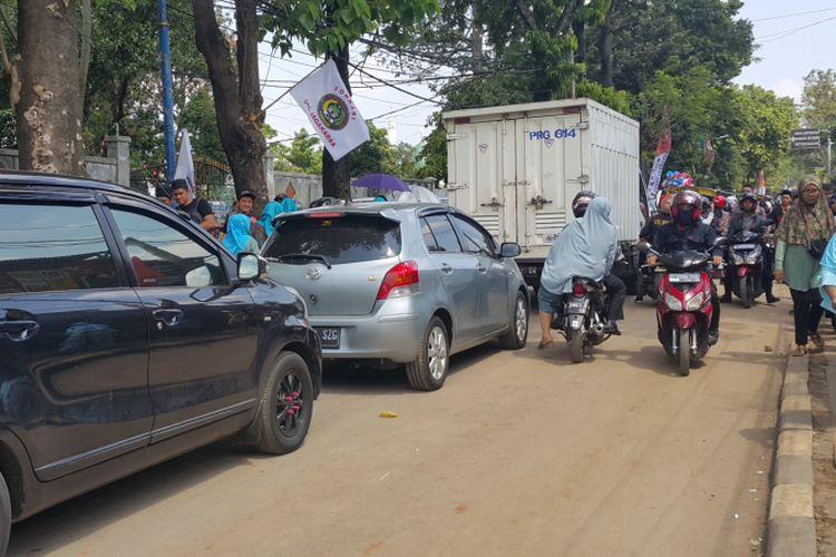Ruas Jalan Mohamad Kahfi II macet saat adanya gelaran Lebaran Betawi, Minggu (30/7/2017) siang. Meski dibuat satu arah, masih ada kendaraan yang melawan arus.