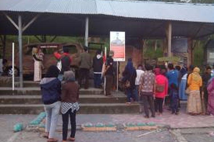Para wisatawan saat berada di petilasan rumah Juru Kunci Merapi, Mbah Marijan