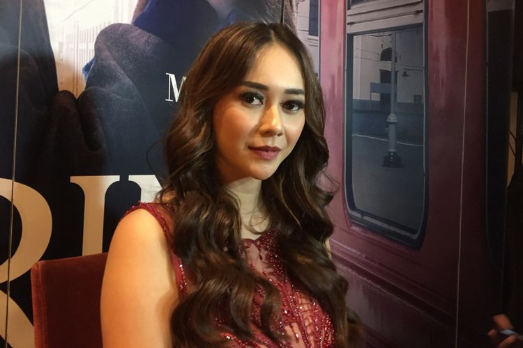 Aura Kasih berpose ketika menghadiri screening film Arini di XXI Epicentrum, Kuningan, Jakarta Selatan, Sabtu (31/3/2018).