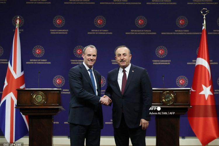 Ilutrasi kerja sama Turki dan Inggris. Dalam foto ini tampak Menteri Luar Negeri Turki Mevlut Cavusoglu (kanan) dan Menteri Luar Negeri Inggris Dominic Raab, berjabat tangan setelah konferensi pers di Ankara, Turki, pada 3 Maret 2020.
