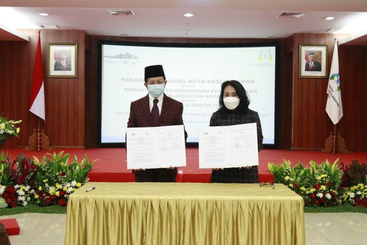 Menteri PPPA Bintang Puspayoga bersama Imam Besar Masjid Istiqlal K.H. Nasaruddin Umar usai menandatangani nota kesepahaman tentang pemberdayaan perempuan dan perlindungan anak berbasis masjid, Jumat (19/2/2021).