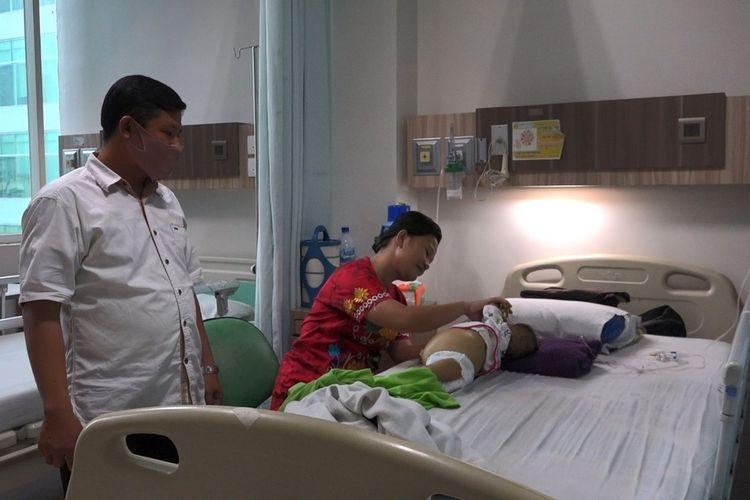 Suasana di RS Murni Teguh, Medan, Sumatera Utara, tempat Nadine Sohaga Gulo menjalani perawatan yang didamping pendamping keluarga (Darwis Zendrato baju putih) dan Ibunya Ernawati Gulo (baju merah)