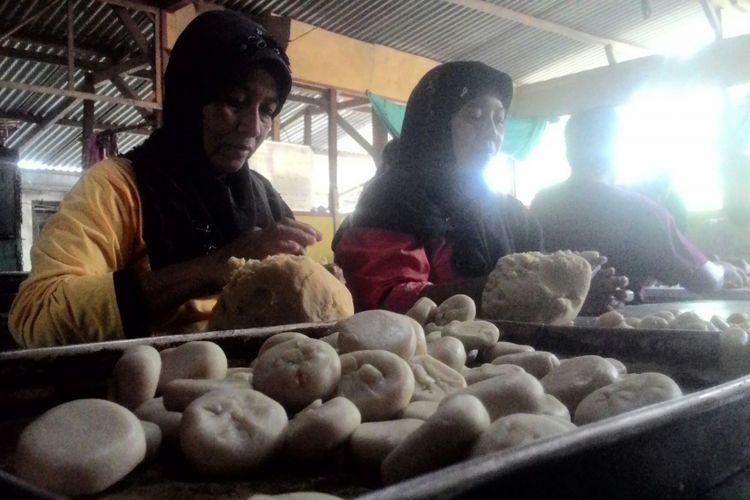Keramaian rumah produksi bakpia pathok di Terbah, Pengasih, Kulon Progo, DIY. Para penyandang cacat kursus sehari untuk belajar membuat bakpia. (KOMPAS.com/DANI J)