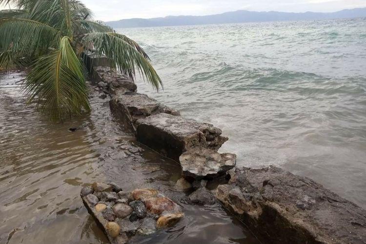 Gelombang tinggi yang menerjang desa Seith Kecamatan Leihitu Kabupaten Maluku Tengah pada Selasa (2/3/2021) merusak talud penahan gelombang dan merendam rumah-rumah warga di desa itu