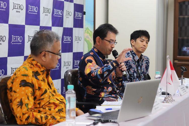 President Director JETRO Keishi Suzuki (tengah) membacakan Laporan Tahunan JETRO, Rabu (27/2/2019).