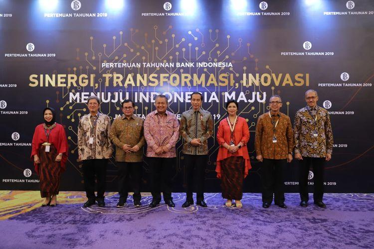 Presiden Joko Widodo berfoto bersama dengan Gubernur BI Perry Warjiyo dalam Pertemuan Tahunan BJ, di Jakarta, Kamis (28/11/2019).