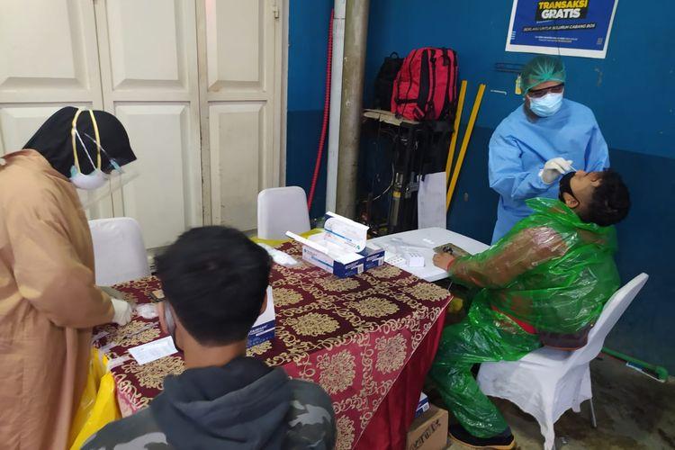 Tes antigen bagi pemudik di Pos Penyekatan SPBU Cilangkap, Jalan Raya Bogor KM 39,5, Tapos, Depok, Minggu (16/5/2021).