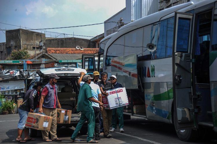 Calon penumpang memindahkan barang bawaannya ke bagasi bus di Terminal Cicaheum, Bandung, Jawa Barat, Rabu (5/5/2021). Pada H-1 pelarangan mudik oleh pemerintah, penumpang di Terminal Cicaheum meningkat hingga 50 persen atau mencapai 1.200 orang per hari dibandingkan hari biasa sebelum bulan suci Ramadan. ANTARA FOTO/Raisan Al Farisi/foc.