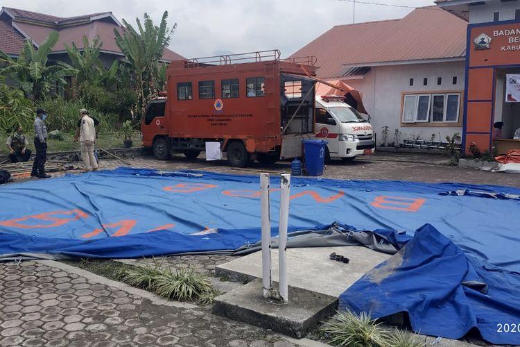 Kondisi tenda Posko Penanggulangan Covid-19 Bener Meriah, Senin (13/4/2020). Tenda posko ini roboh beberapa saat setelah hantaman angin puting beliung, Minggu (12/4/2020).