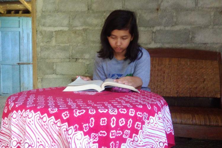 Virdiana Inggried Marwanti (18) yang mampu meraih nilai tertinggi UNBK tingkat SMK se DIY, saat ditemui di Rumahnya Bandung, Playen, Gunungkidul Jumat (10/5/2019)