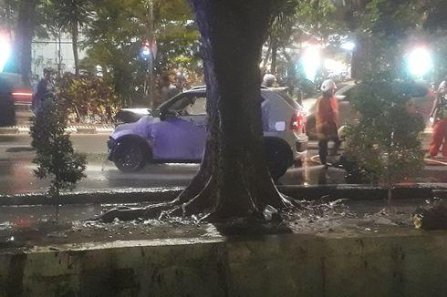 Suzuki Ignis Terjun ke Selokan di Surabaya, Ayah, Ibu dan Anak Dilarikan ke RS