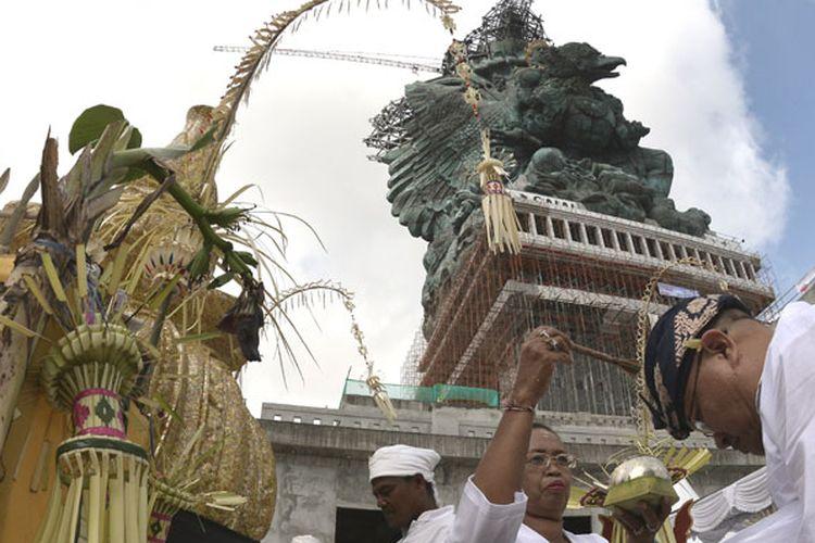 Umat Hindu mengikuti Upacara Adat Pasupati di pelataran Patung Garuda Wisnu Kencana (GWK), Badung, Bali, Minggu (20/5/2018). Upacara tersebut dilakukan sebagai bagian dari permohonan umat agar proses pembangunan patung GWK dapat berlangsung lancar dan selesai tepat pada waktunya.