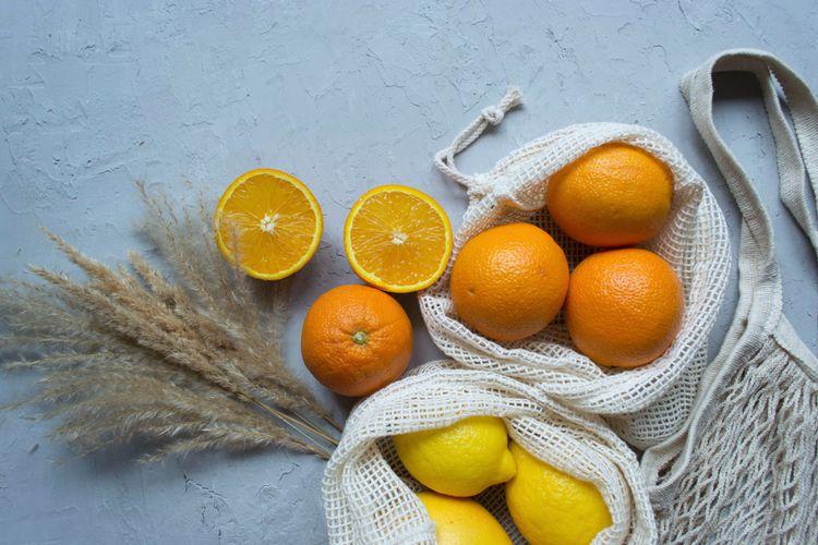 Ilustrasi jeruk dan lemon dalam kantong.