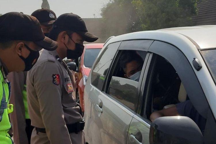 Petugas Polres Brebes menghentikan kendaraan pemudik yang melintas Jalur Pantura Losasi Brebes, Jawa Tengah, untuk putar balik saat hari pertama penerapan larangan mudik, Kamis (6/5/2021) (Istimewa)