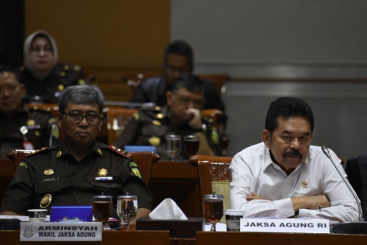 Jaksa Agung ST. Burhanuddin (kanan) didampingi Wakil Jaksa Agung Arminsyah (kiri) mengikuti rapat kerja bersama Komisi III DPR di Kompleks Parlemen Senayan, Jakarta, Senin (20/1/2020). Rapat kerja tersebut membahas persoalan penanganan dugaan korupsi PT Asuransi Jiwasraya (Persero). FOTO ANTARA/Puspa Perwitasari/ama.