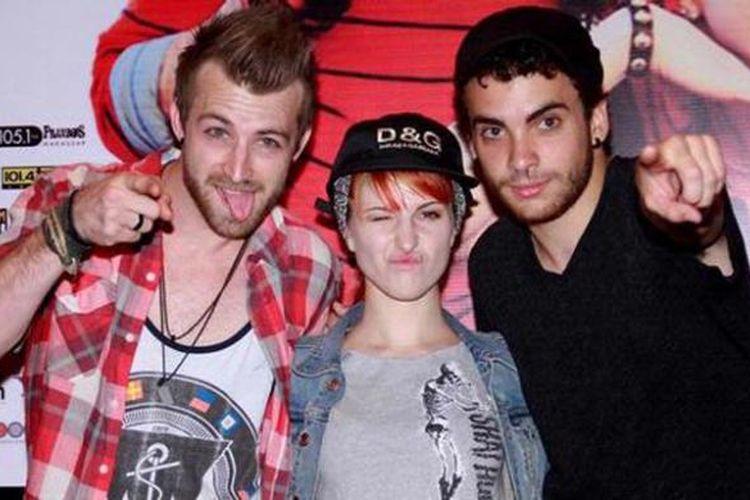 Paramore, grup American rock yang terdiri dari (kiri ke kanan) Jeremy Davis (bas), Hayley Williams (vokal), dan Taylor York (gitar), berada di Bali untuk tampil dalam Paramore Live In Concert 2011 di Lotus Pond, Garuda Wisnu Kencana, 17 Agustus 2011.