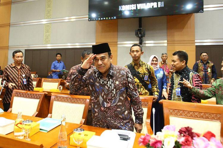 Menteri Agama (Menag) Fachrul Razi (tengah) didampingi jajarannya, mengikuti Rapat Kerja (Raker) dengan Komisi VIII DPR, di Kompleks Parlemen, Senayan, Jakarta, Kamis (28/11/2019). Raker tersebut membahas pendahuluan dan pembentukan panitia kerja (Panja) Biaya Penyelenggara Ibadah Haji (BPIH) 1441 H/Tahun 2020.  ANTARA FOTO/Reno Esnir/ama.