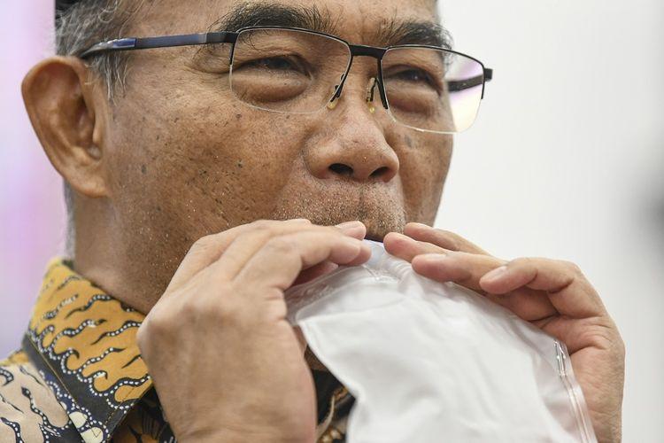 Menko PMK Muhadjir Effendy menghembuskan nafasnya pada kantong nafas untuk dites dengan GeNose C19 di Kantor Kemenko PMK, Jakarta, Kamis (7/1/2021). Kementerian Riset dan Teknologi menghibahkan satu unit GeNose C19 yang merupakan karya tim peneliti Universitas Gadjah Mada (UGM) kepada Kemenko PMK untuk disosialisasikan dan dimanfaatkan secara masif oleh seluruh masyarakat Indonesia guna mendeteksi COVID-19. ANTARA FOTO/M Risyal Hidayat/wsj.