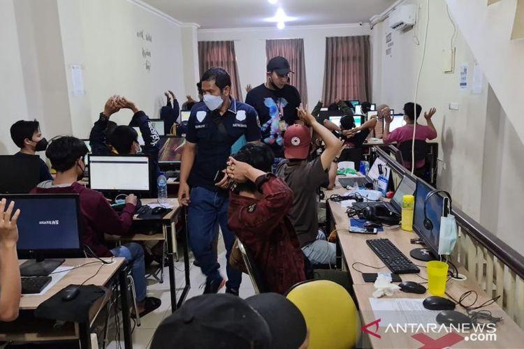Unit Kriminal Khusus Satreskrim Polres Metro Jakarta Pusat melakukan penggerebekan sebuah ruko di Jakarta Barat sebagai kantor sindikat pinjaman online (pinjol) pada Rabu (13/10).