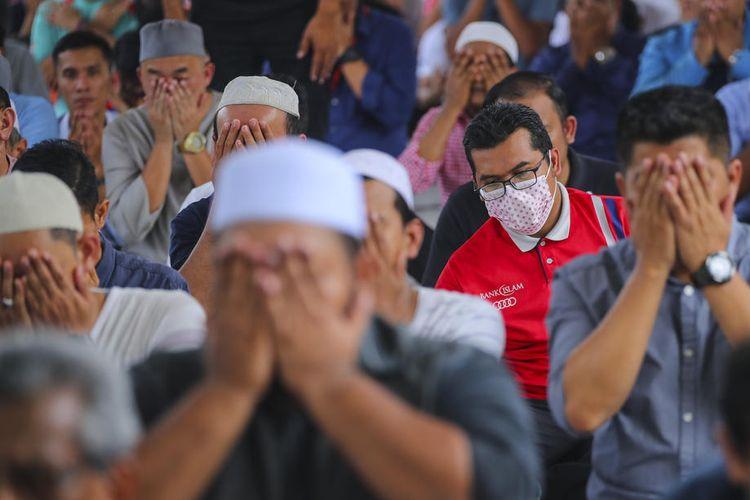 Jemaah shalat Jumat di Masjid Nasional Kuala Lumpur, Malaysia, 13 Maret 2020. Terlihat seorang pria memakai masker di tengah merebaknya virus corona di Malaysia.