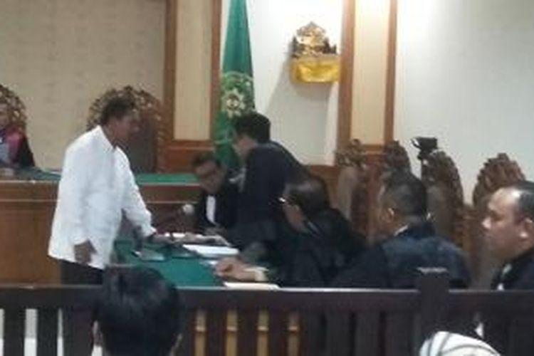 Bupati non aktif Lombok Barat Zaini Arony saat diskusi dengan tim kuasa hukum pasca putusan