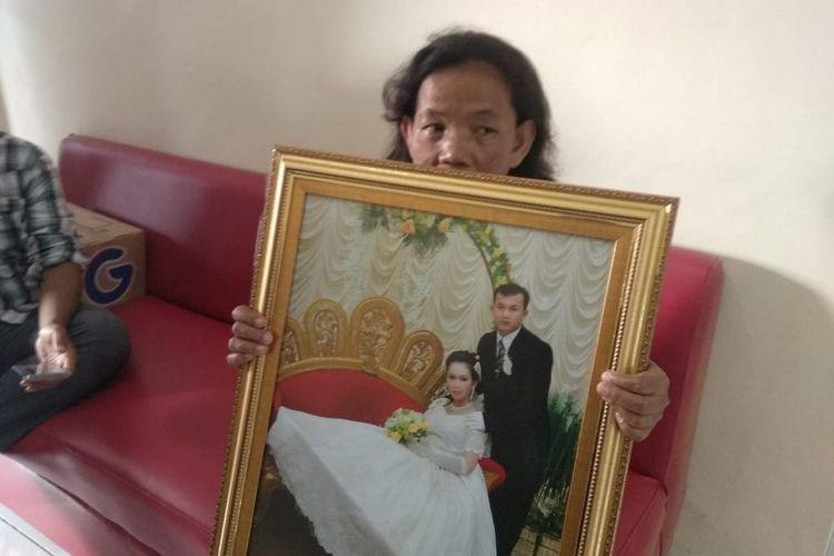 Yayu, asisten rumah tangga saat menunjukan foto majikannya